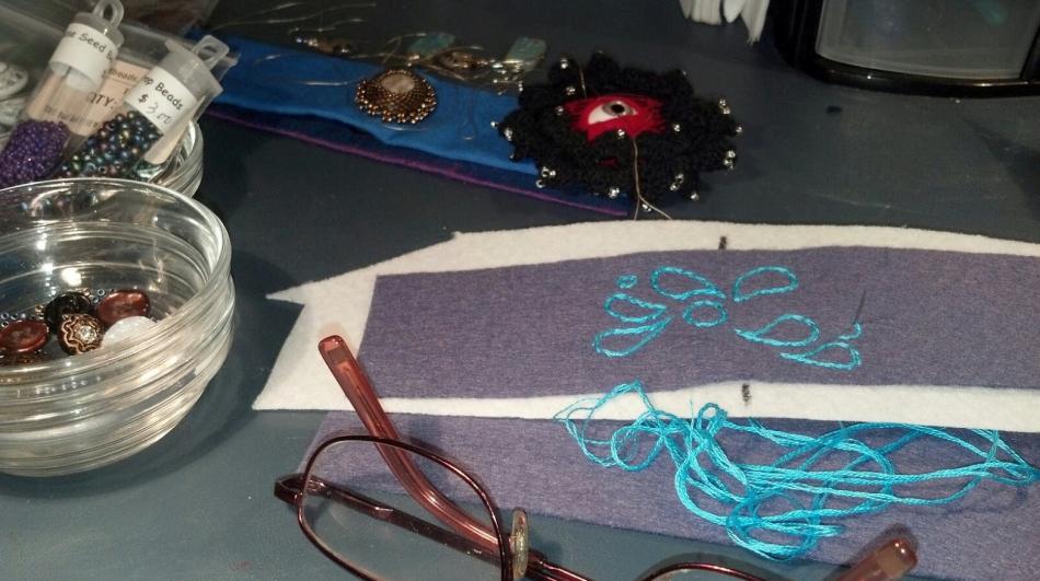 Как сделать браслет с вышивкой (11)