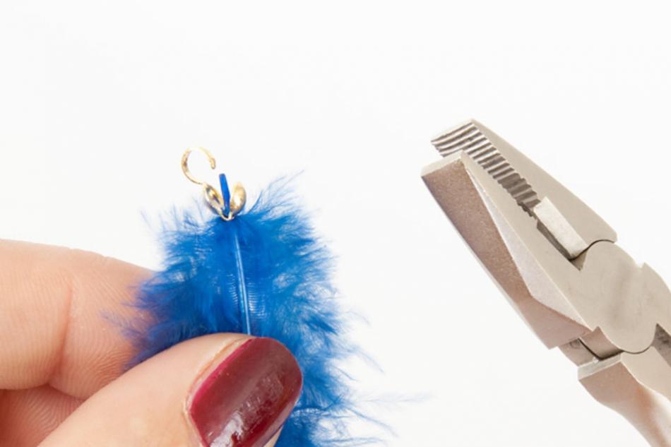 Как сделать серьги из перьев синей птицы (10)