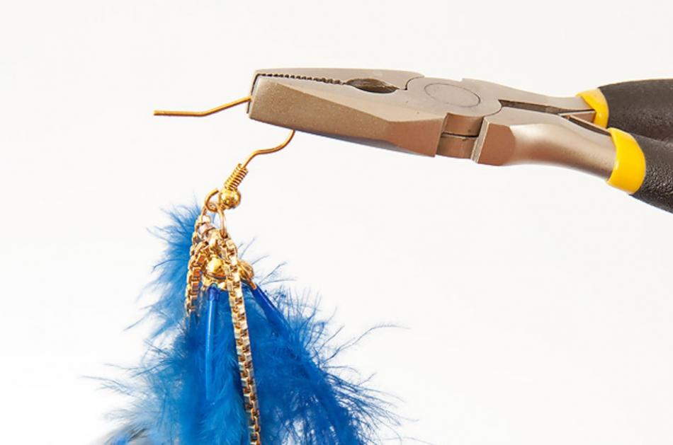 Как сделать серьги из перьев синей птицы (7)