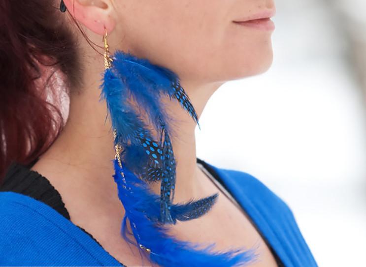 Как сделать серьги из перьев синей птицы (2)