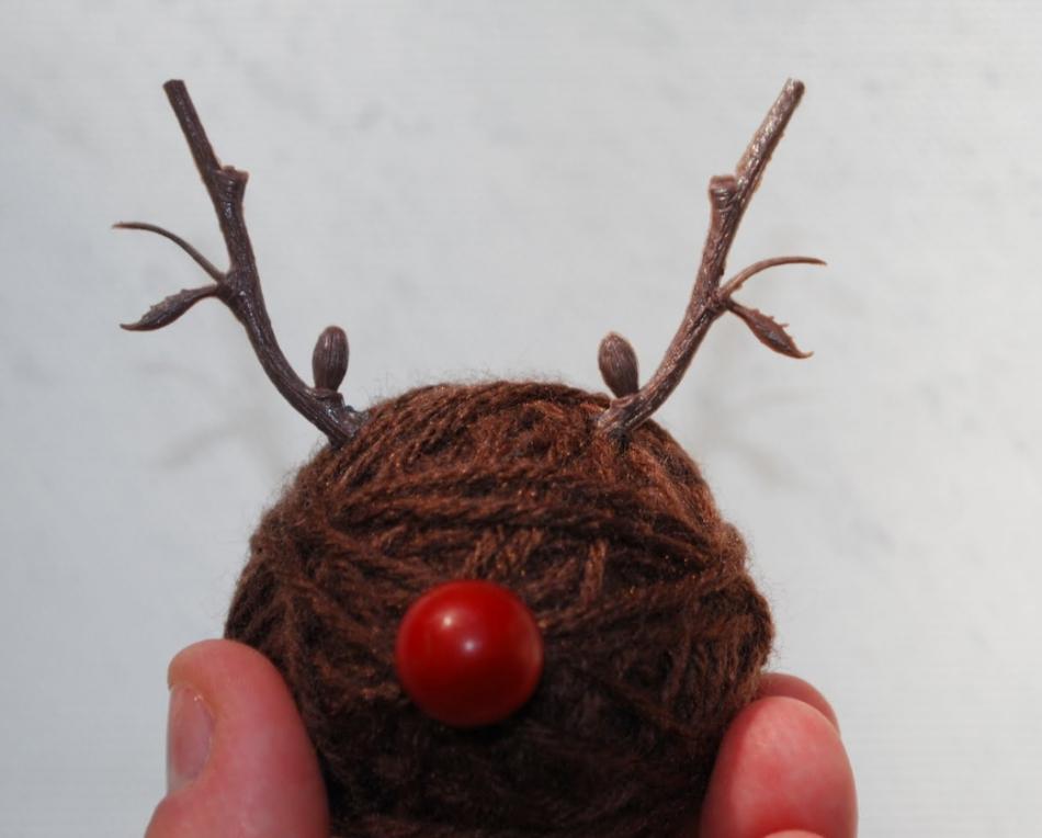 Как сделать игрушку на елку из остатков пряж (17)