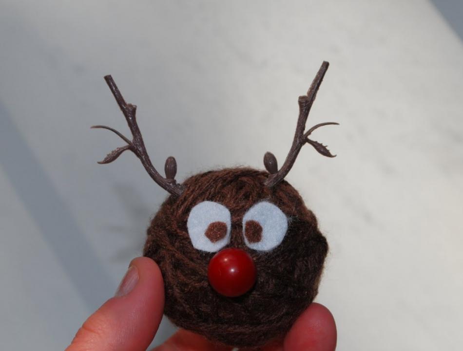 Как сделать игрушку на елку из остатков пряж (16)