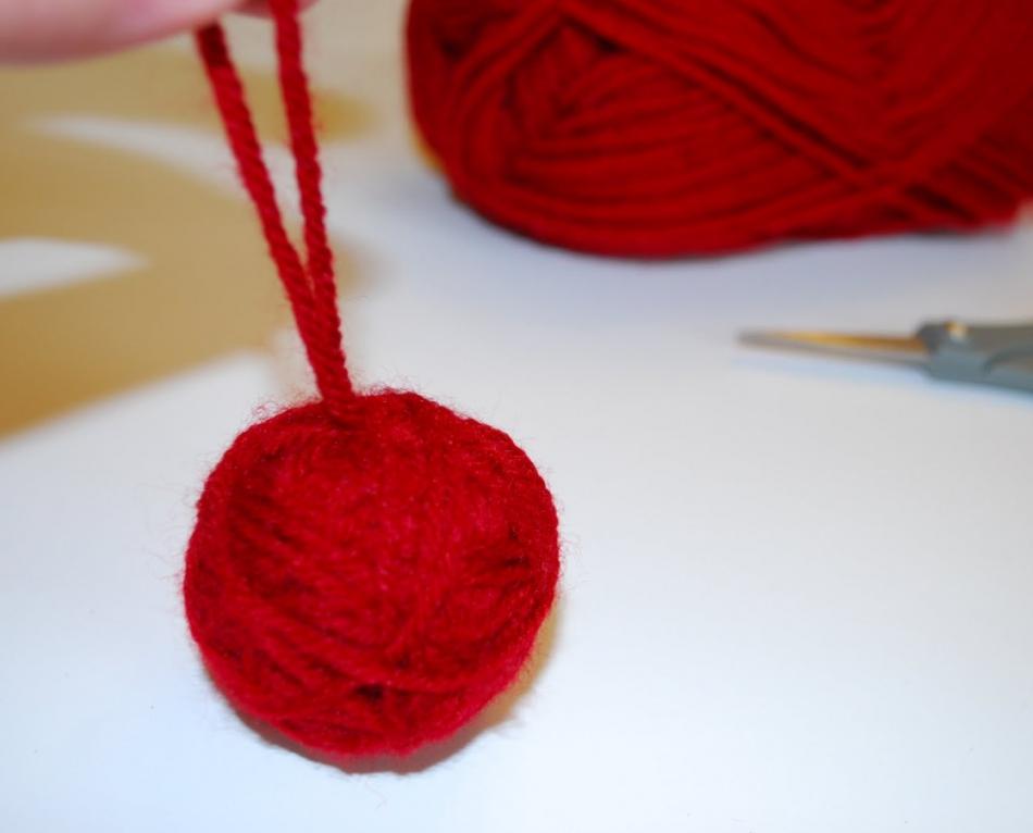 Как сделать игрушку на елку из остатков пряж (10)