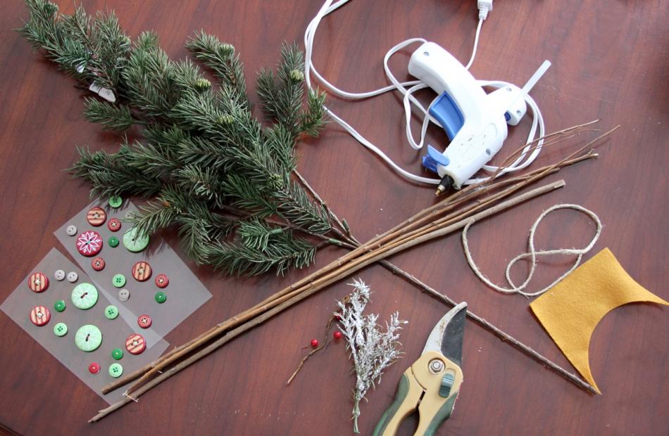 Как сделать новогодние снежинки из веточек (13)