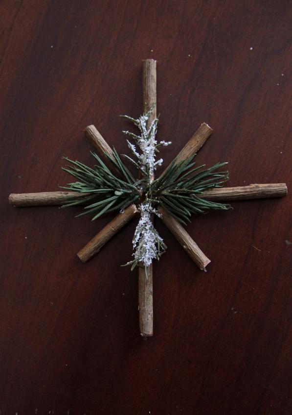 Как сделать новогодние снежинки из веточек (8)
