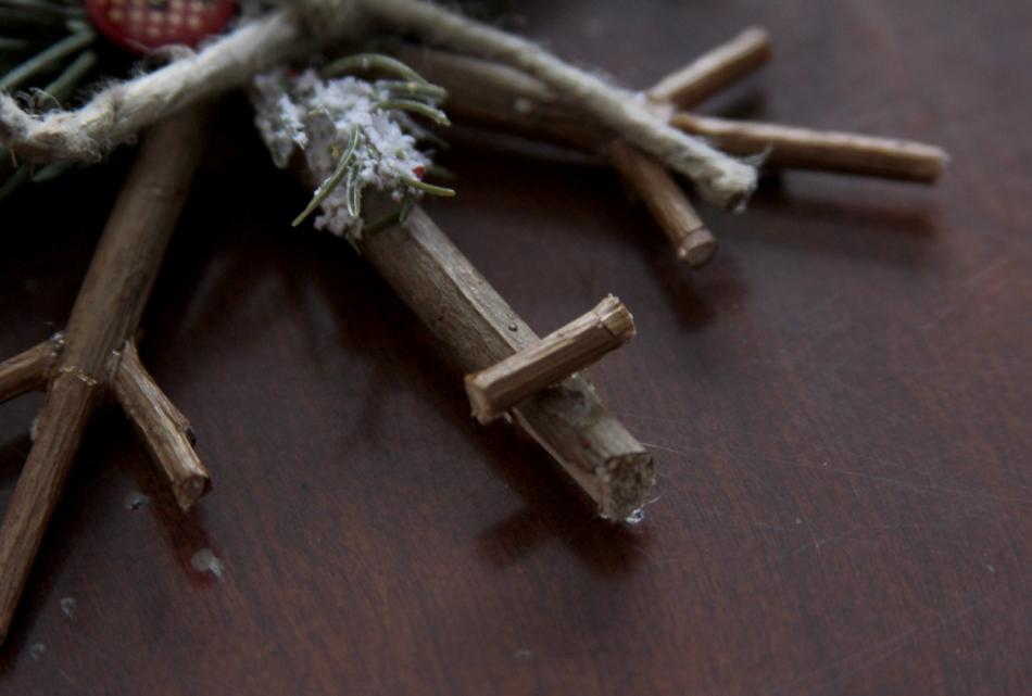 Как сделать новогодние снежинки из веточек (3)
