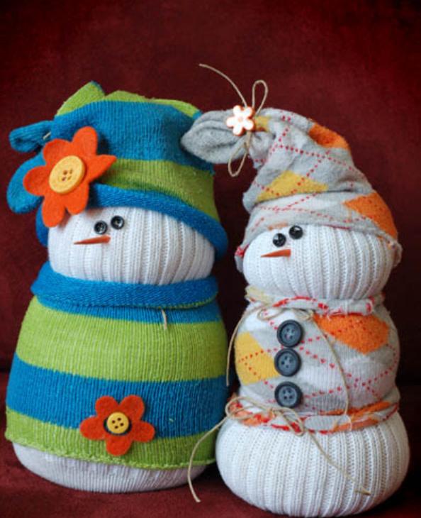 Как сделать новогоднего снеговика из носков (10)