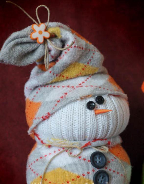 Как сделать новогоднего снеговика из носков (7)