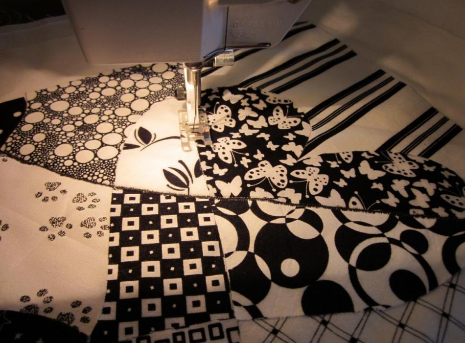 Как сшить черно-белое тканевое панно (3)