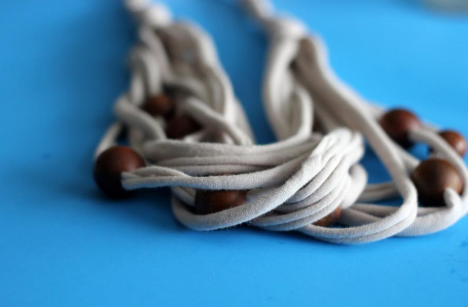 Креативные бусы из трикотажа и деревянных бусин (3)