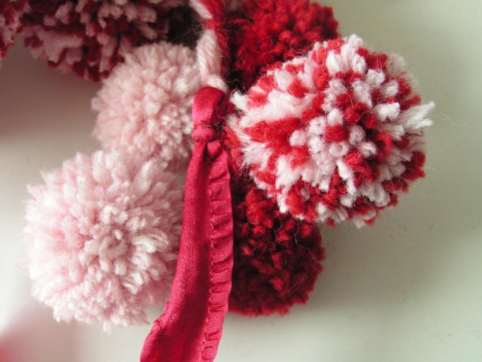 Как сделать шарфик из помпонов (3)