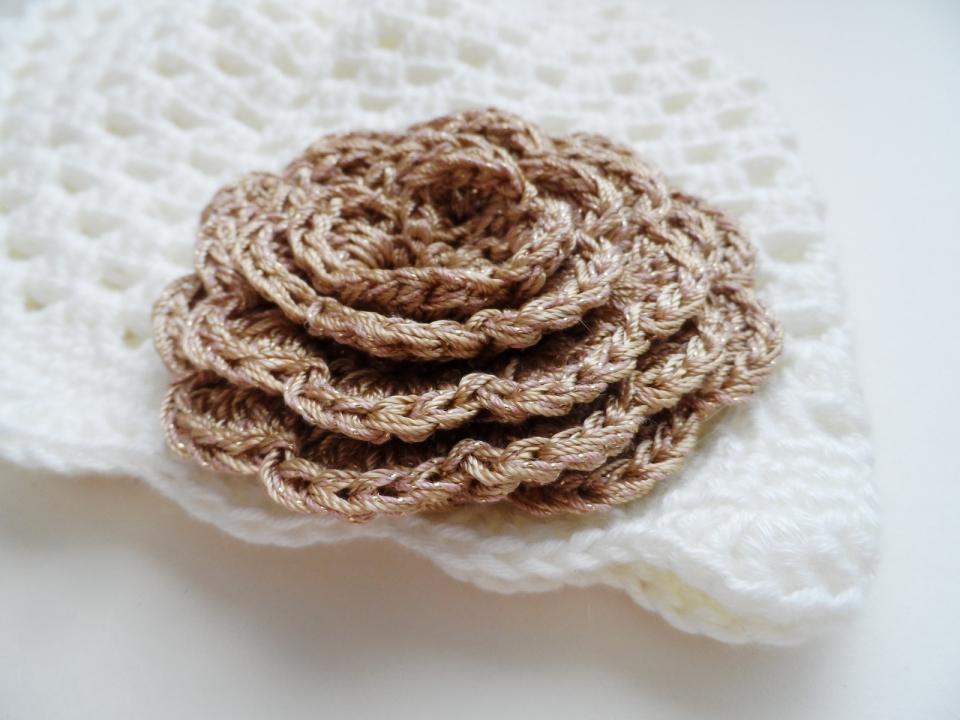 Весенняя шапочка для девочки под названием Золотой цветок (3)