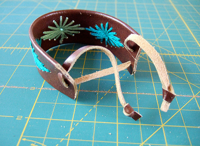 Кожаный браслет с вышивкой (6)