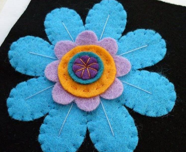 Цветочная брошь из фетра (4)