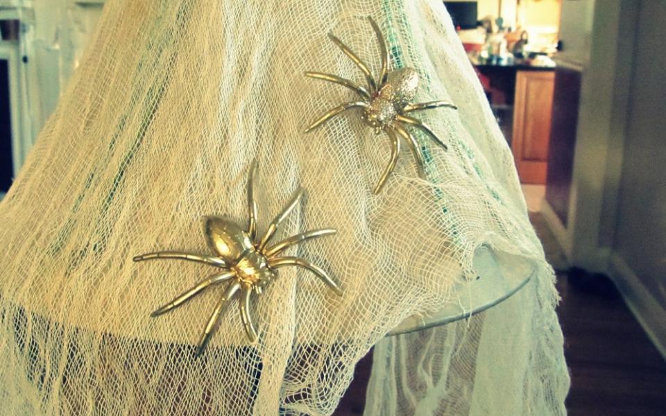 Как сделать серьги-пауки (9)
