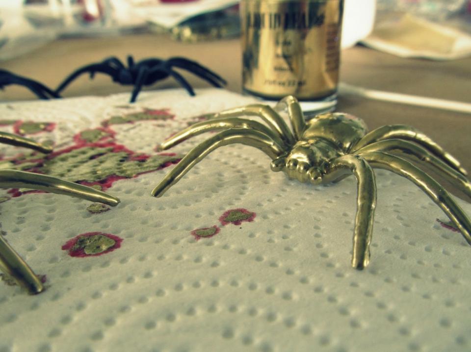 Как сделать серьги-пауки (7)