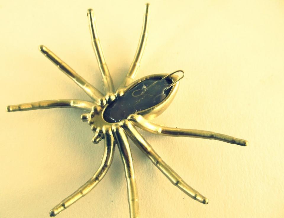 Как сделать серьги-пауки (4)