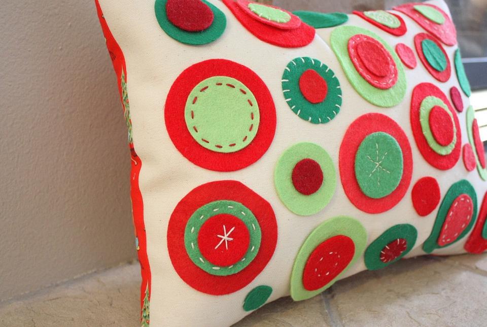 Украшенная диванная подушка (1)