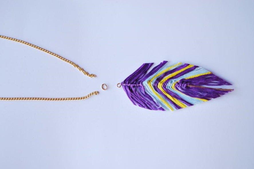 Колье с фиолетовым перышком