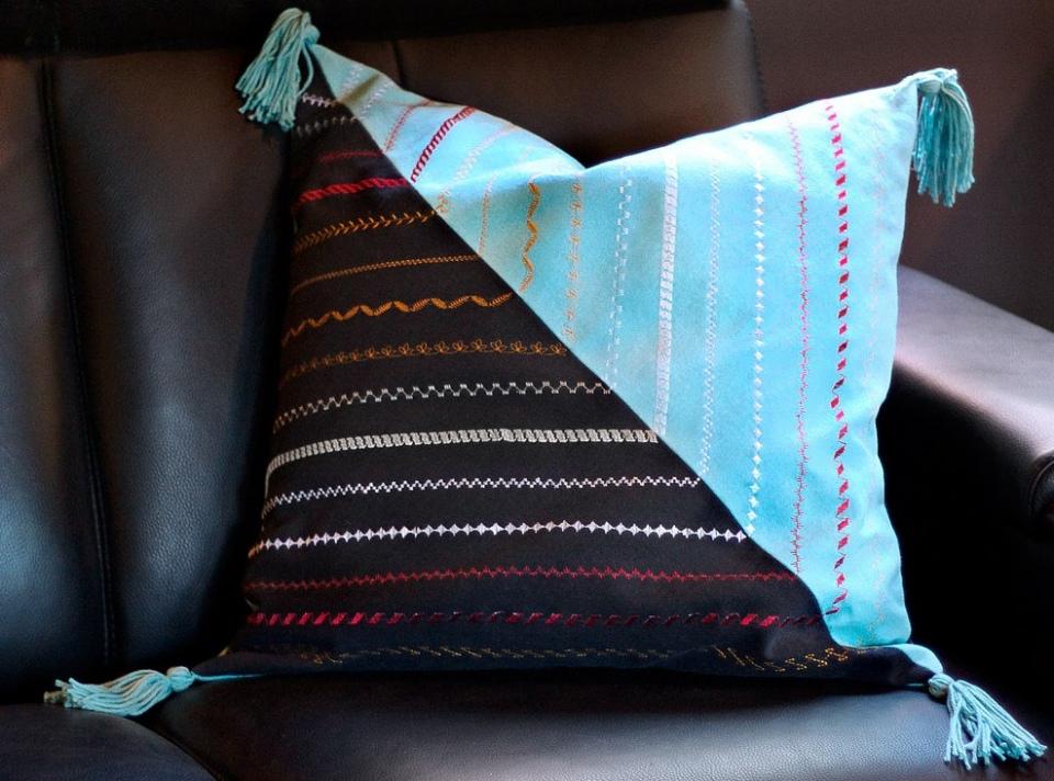 Декор диванной подушки разными швами