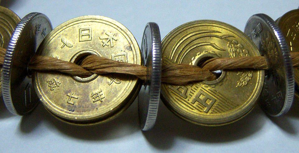 Украшение из монет с отверстием