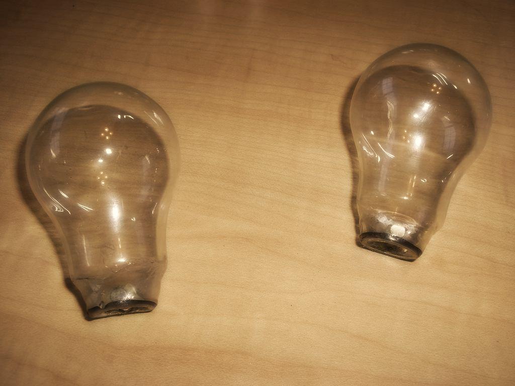Как сделать декоративную масляную лампу из старой электрической лампочки
