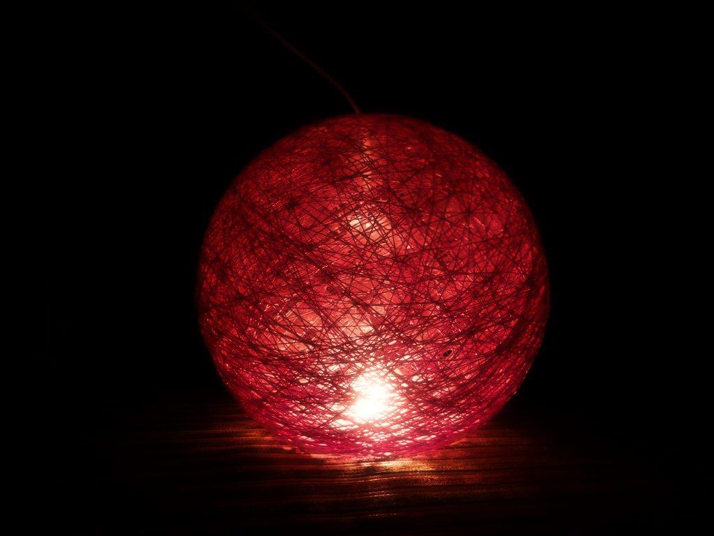 Лампа из красных ниток