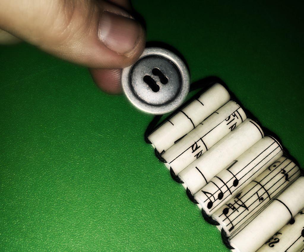 Винтажный браслет из нотных листов